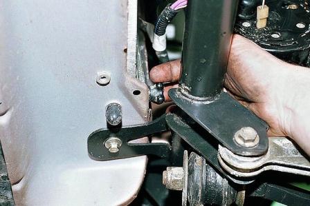 Откручиваем сливную пробку на радиаторе ВАЗ 2110, 2111, 2112