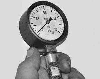 Сбрасываем значение компрессометра на ноль Лада Приора