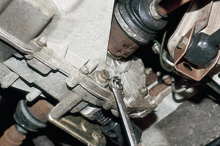 Откручиваем сливную пробку на коробке передач ВАЗ 2110, 2111, 2112