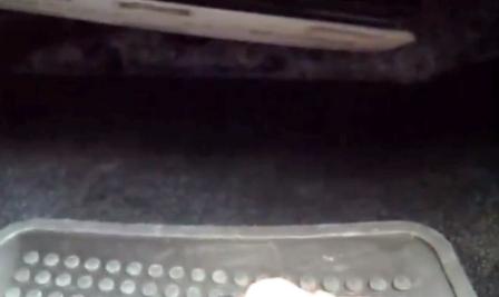 Вытаскиваем старый салонный фильтр Volkswagen Passat B7