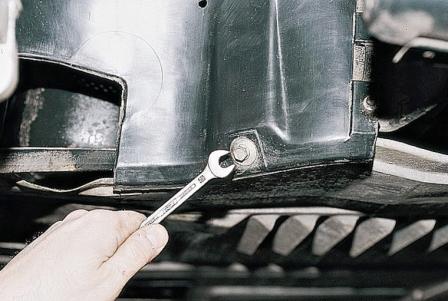 Откручиваем переднее крепление защиты двигателя ВАЗ 2110, 2111, 2112