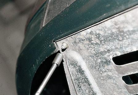 Откручиваем 5 гаек от переднего бампера ВАЗ 2110, 2111, 2112
