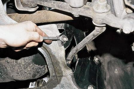 Откручиваем задние саморезы защиты двигателя ВАЗ 2110, 2111, 2112