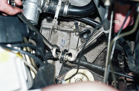 Ослабляем болты тросика сцепления ВАЗ 2110, 2111, 2112