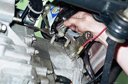 Вытаскиваем тросик сцепления из вилки ВАЗ 2110, 2111, 2112