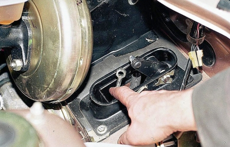 Снимаем наконечник тросика сцепления ВАЗ 2110, 2111, 2112