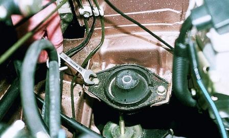Откручиваем 2 болта левой опоры двигателя ВАЗ 2110, 2111, 2112