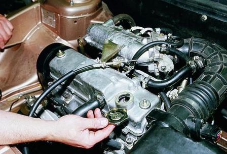 Заливаем новое масла в двигатель ВАЗ 2110, 2111, 2112