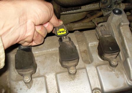 Отключаем разъем от катушки зажигания Mazda 3 1.6