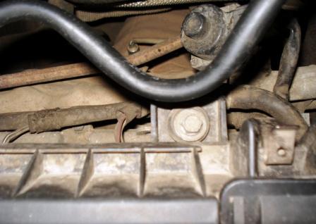 Третий болт блока воздушного фильтра Mazda 3 1.6
