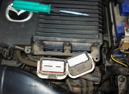 Отключаем разъемы от ЭБУ Mazda 3 1.6