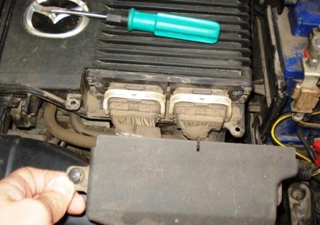 Снимаем крышку закрывающую разъемы к ЭБУ Mazda 3 1.6