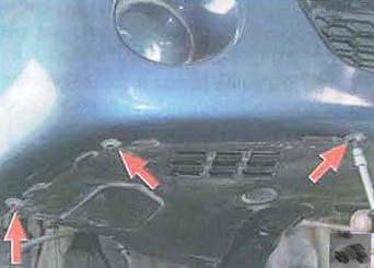 Откручиваем нижний правый брызговик от бампера Renault Logan