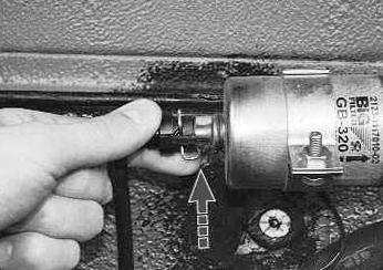 Отжимаем фиксатор от топливного шланга Лада Приора