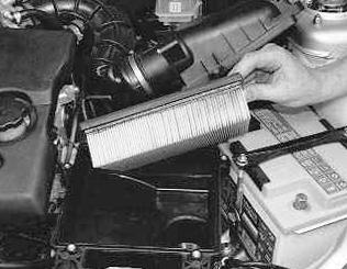 Вытаскиваем старый воздушный фильтр ВАЗ 2110, 2111, 2112