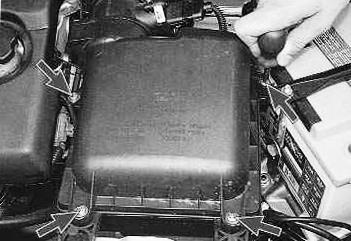Откручиваем 4 крестовых винта на крышке воздушного фильтра ВАЗ 2110, 2111, 2112