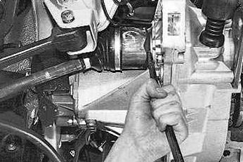 Вытаскиваем внутренний ШРУС из коробки передач Лада Приора