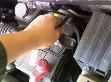 Откручиваем клеммы с аккумулятора Daewoo Matiz