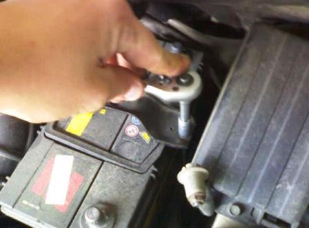 Откручиваем крепления аккумулятора и снимаем его Daewoo Matiz
