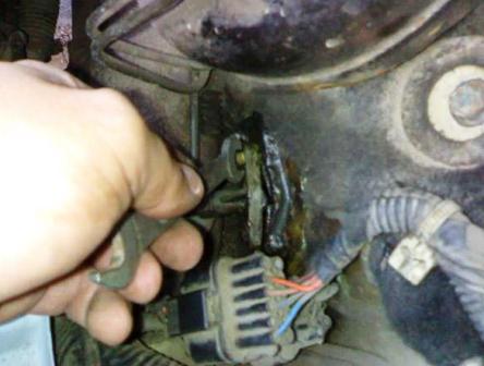 Откручиваем крепления тросика сцепления к кузову Daewoo Matiz