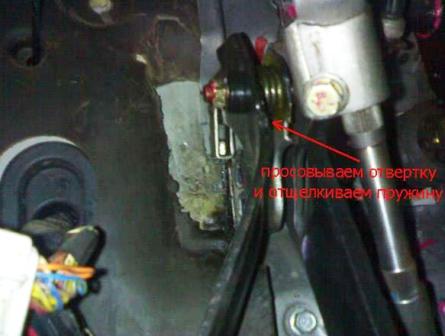 Отщелкиваем пружину на педали сцепления Daewoo Matiz