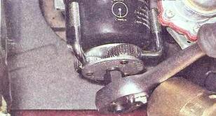 Откручиваем масляный фильтр ВАЗ 2107