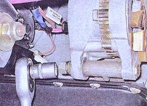 Откручиваем крепления генератора ВАЗ 2107