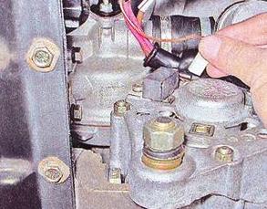Отключаем разъем генератора ВАЗ 2107