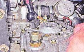 Откручиваем контакты генератора ВАЗ 2107