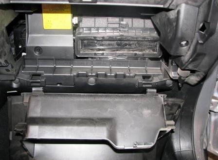 Снимаем бардачок на Subaru Forester III