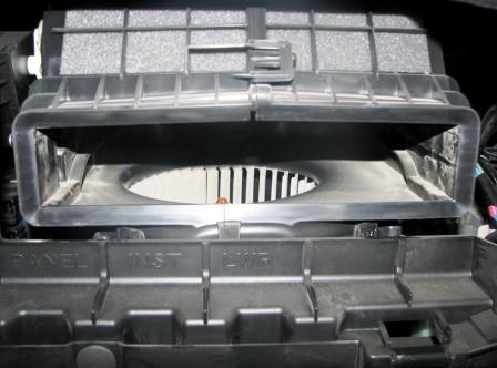 Вытаскиваем старый салонный фильтр Subaru Forester III