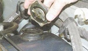 Открываем масло заливную крышку ВАЗ 2106