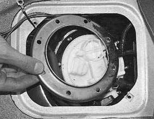 Откручиваем и снимаем уплотнительное кольцо Лада Приора