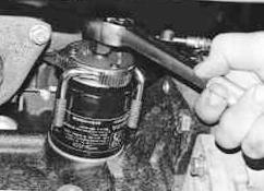 Откручиваем масляный фильтр Chevrolet Lanos