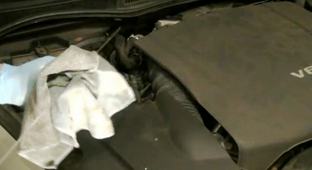 Заливаем новое масло в двигатель Lexus IS250