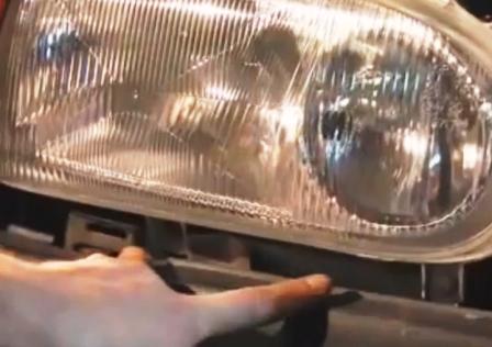 Откручиваем 2 нижних болта на передней фаре Volkswagen Golf III