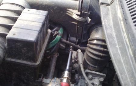 Откручиваем нижнюю часть воздушного фильтра Suzuki Swift
