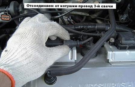 Отсоединяем катушку зажигания Mitsubishi Lancer IX