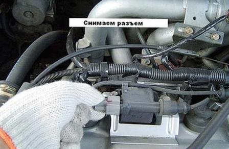 Снимаем разъем с катушки зажигания Mitsubishi Lancer IX