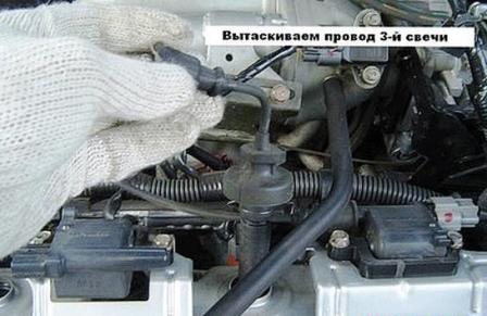 Вытаскиваем катушку зажигания Mitsubishi Lancer IX