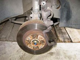 Открываем передний тормозной суппорт Лада Приора