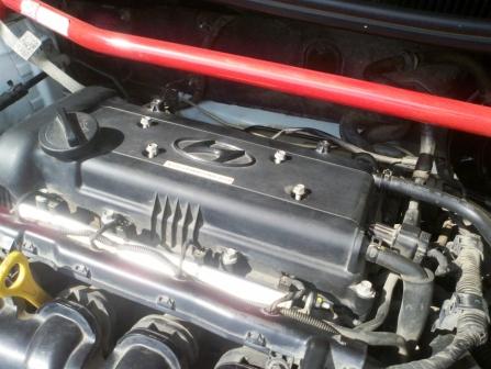 Откручиваем пластиковую защиту на двигателе Hyundai Solaris