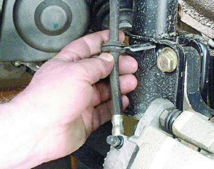 Снимаем шланг из крепления и убираем в сторону ВАЗ 2108, 2109, 21099