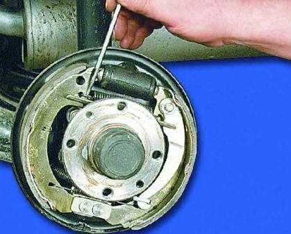 Снимаем верхнюю пружину с тормозной колодки ВАЗ 2108, 2109, 21099