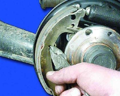 Снимаем пружину с передней колодки ВАЗ 2108, 2109, 21099