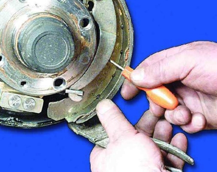 Снимаем пружину с задней колодки ВАЗ 2108, 2109, 21099