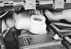Откручиваем пробку на бачке с тормозной жидкостью Ford Focus 2