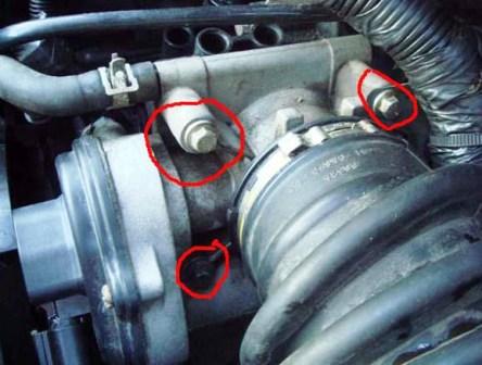 Затем откручиваем 4 болта на дроссельной заслонке Ford Focus 2