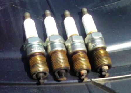Старые свечи зажигания в двигателе 2.0 Ford Focus 2