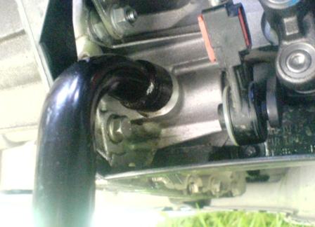 Откручиваем сливную пробку в механической коробке передач Ford Focus 2